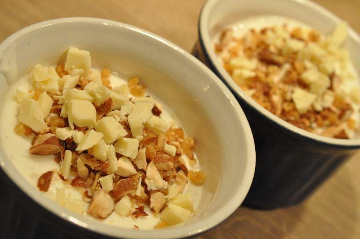 Tykmælksfromage med mandelknas og hvid chokolade | NOGET I OVNEN HOS BAGENØRDEN