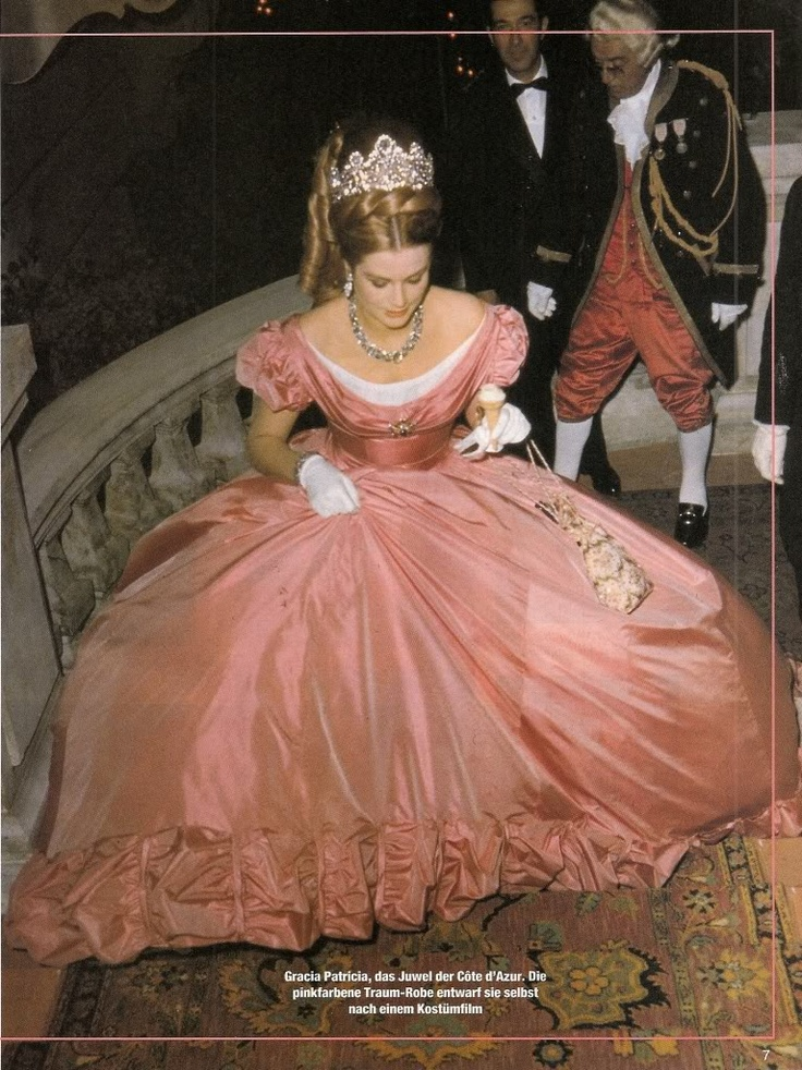 Another dress I saw twice at the Grace Kelly exhibit here in Montreal - it is totally AMAZING and GORGEOUS in person!!
