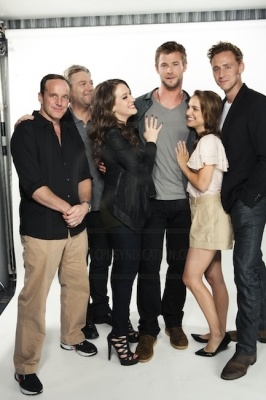 Thor Cast, 2010 - Comic-Con 2010 Portraits.... Love how both girls are swooning over Chris. I'd be freakin out over Tom! Well.. both for that matter.