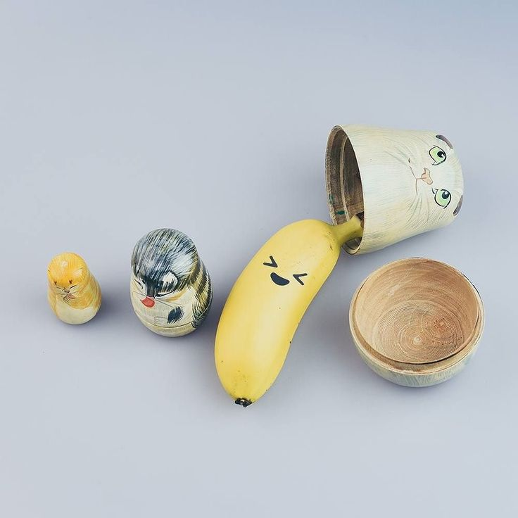 """""""Ça y est venez me trouver !"""" Maëlle crois qu'elle est cachée. Et le pire c'est que ça la rend très choûte c'est vraiment une petite venarde !  Maëlle Yobanane de réussite #reflexeautruchien #bananemasquée #réussite  #aventure #cachée  #poupéerusse #banane  #Réussite  #magie #yobananie  #yobanane"""