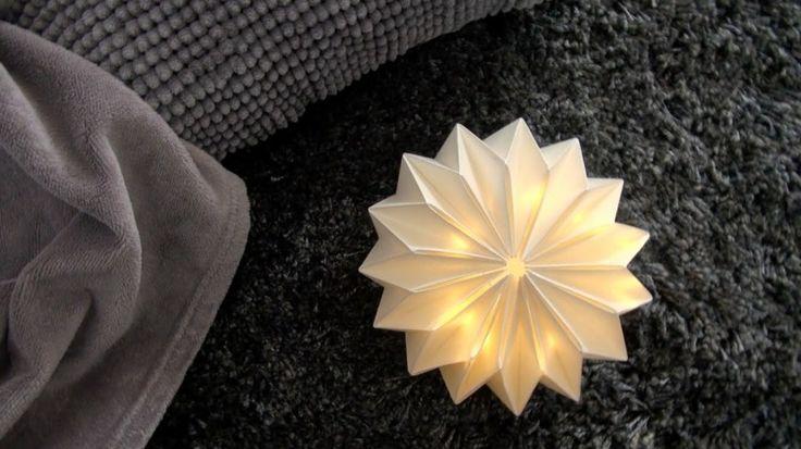 lampe origami en papier plié en 3D en forme de fleur blanche