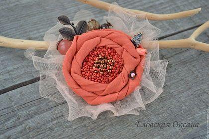 Купить или заказать Брошь 'Коралловый цветок'. в интернет-магазине на Ярмарке Мастеров. Брошь-цветок из натурального шелка с декором из бисера, бусин кварца, граната, дуба, коралла. С металлическими листочками медного цвета, в обрамлении нежнейшего фатина в тон. Диаметр броши примерно 9 см.
