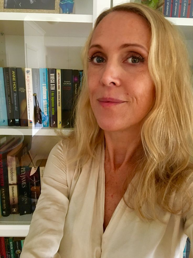 Swedish crime fiction author A.C. Efverman in her Sydney home. Svenska deckarförfattaren A.C. Efverman i hennes Sydney-hem. #efverman #swedish #author #crimefiction #sydney #australia #svensk #författare #deckare
