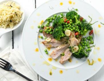 Schweinskoteletts mit Brokkoli, Erbsen und Reis