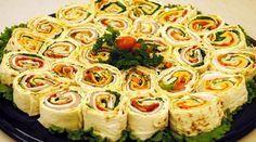 Начинки для этого блюда можно выбирать абсолютно любые, так как лаваш хорошо сочетается с мясом, рыбой, овощами и даже салатами.