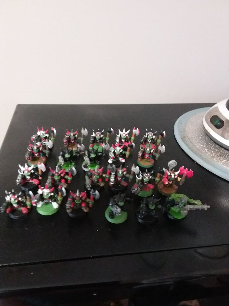 Classic Ork mob with one Ork with big shoota.