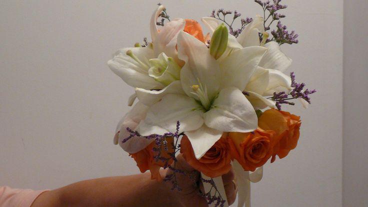Ramo de novia redondo con lilium y rosas salmón.