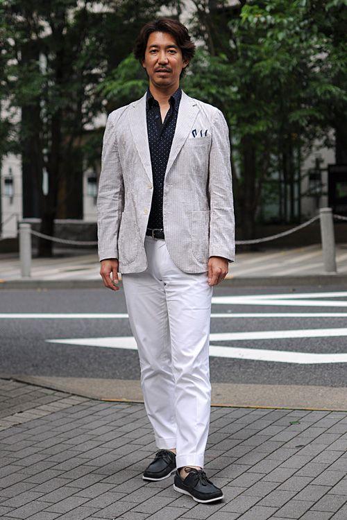 シャツの着こなし・コーディネート│ozie ニット素材使用シャツ=ビズポロ+シアサッカーのジャケット+リネンのポケットチーフ+ホ白のチノパン+ネイビーのデッキシューズ