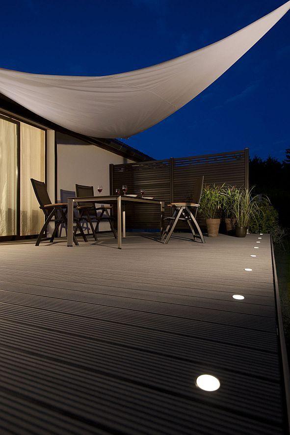 Barfuß statt Lackschuh.Den Sommer auf der Terrasse ungezwungen genießen. Strahler, die in die Dielen eingelassen sind, sorgen für stimmungsvolle Sommerabende auf der Terrasse. Foto: djd/www.megawood.com