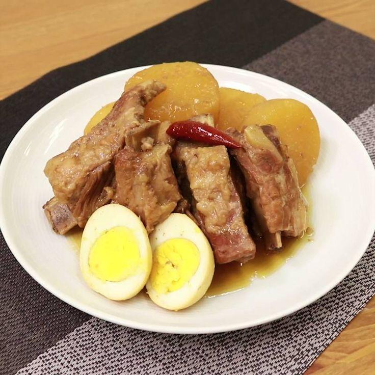 「照りツヤ!大根とスペアリブの和風煮込み」の作り方を簡単で分かりやすい料理動画で紹介しています。炊飯器を使って調理ができる、大根とスペアリブの和風煮込みはいかがでしょうか。 生姜のさっぱりとした風味と、甘辛い味付けは、ごはんにもお酒にもぴったりです。 豚のスペアリブ以外にも、鶏肉でも美味しく作れるので、ぜひお試しくださいね。