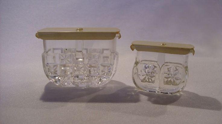 Salz-/Pfefferstreuer 2 in 1 Preßglas mit Kunststoffdeckel 2 Stück Schneider | eBay EUR 24,90 + 5.00 Versand unverkauft  mit Deckel, grobe und feine Löcher Maße großer Streuer B. ca. 7 cm, T. ca. 3 cm, H. ca. 5 cm, kleiner Streuer: B. ca. 5 cm, T. ca. 2,1 cm, H. ca. 4 cm Schneider Berlin Ritterstr. 5 D.R.G.M