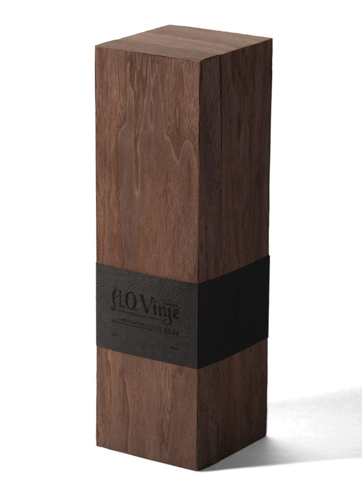 The box is covered with veneer that has the same color as the juniper bushes. The inside of the box is covered in dark gray wool, which was a very common matrialet in regions where AO Vinje grew up in. The bottle has a modern shape with a cap made of wood and silver.