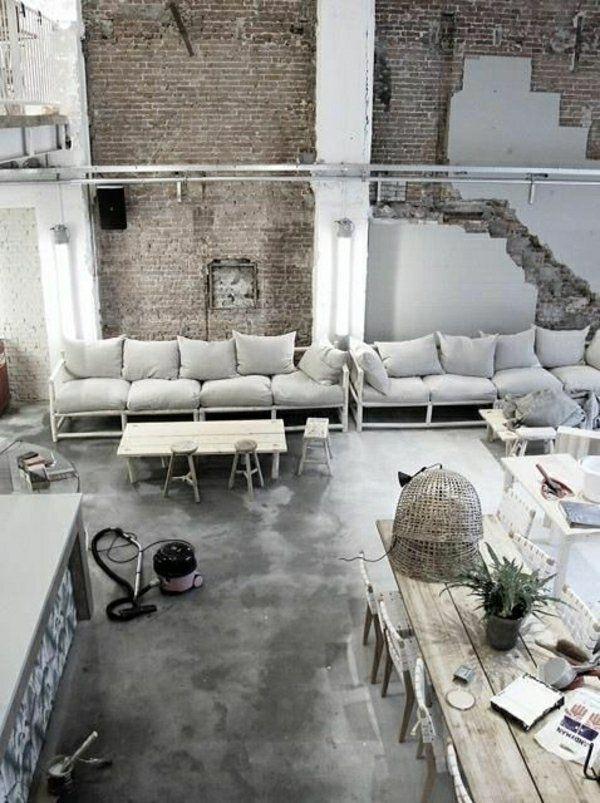 промышленное шоу обширное пространство, серый кожаный диван, настенное зеркало