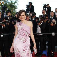 Festival de Cine de Cannes 2012  Parece que los años no pasan por Milla Jovovich que deslumbró una edición más de este festival, con un vestido asimétrico color morado.