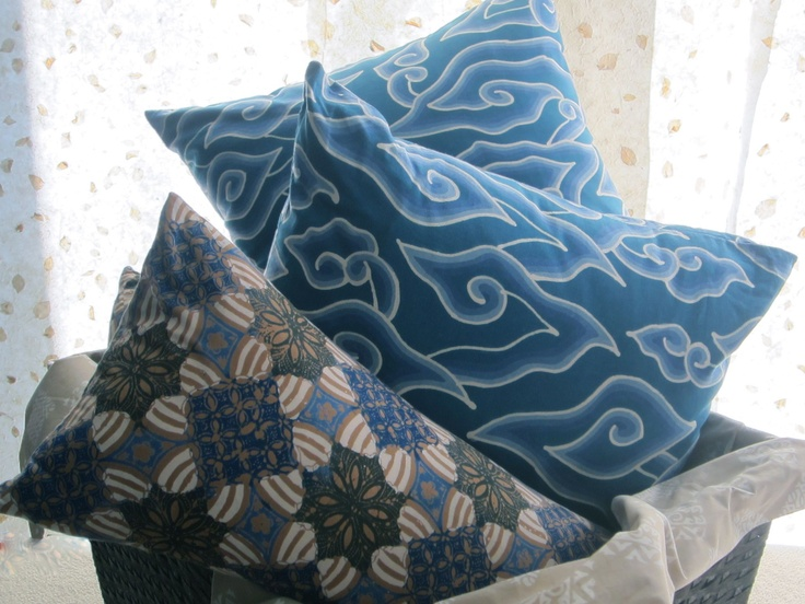 Block batik pattern lumbar, and hand drawn and dyed blue cloud batik. Textiil - Modern, global home decor.