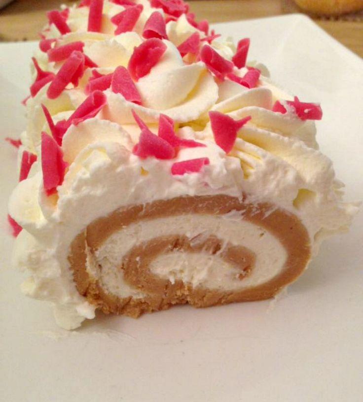 Biscuit rolcake zonder oven, het is al binnen 10 minuten klaar. Bij deze het recept! Ik hoop dat het jullie zal smaken: bon appétit! Maal allereerst de theebiscuit in een keukenmachine fijn. Doe dit in een kom en doe de bakjes flan erbij. Meng dit goed sam