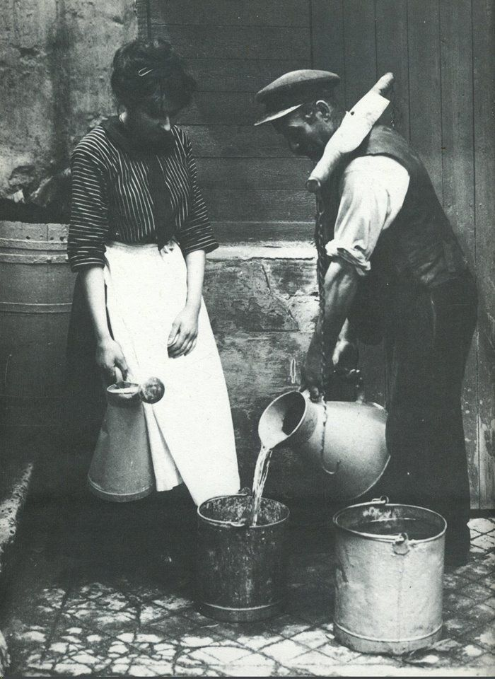 Montmartre à Paris en 1910, un porteur d'eau et une cliente. https://www.facebook.com/parisdantan?ref=ts&fref=ts