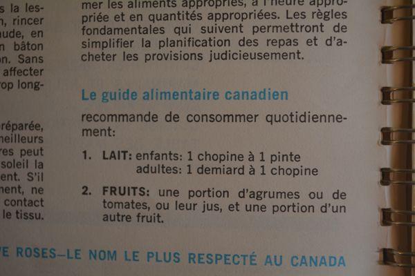 Guide alimentaire canadien dans La cuisinière Five Roses de 1967.  Lait : enfants : 1 chopine à 1 pinte          adultes : 1 demiard à 1 chopine Fruits : une portion d'agrumes ou de tomates, ou leur jus, et une portion d'un autre fruit.