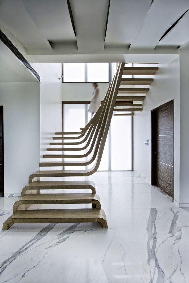 kunt noemen. De bijzondere trap is bijna zichtbaar vanuit elke openbare ruimte van het appartement. Door het natuurlijke licht dat op de houten planken van de trap valt trekt het je aandacht.