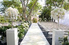 Styling buiten - Martha, bij het trouwen buiten, zie ik deze opstelling wel zitten: witte behangersloper, 2 pilaren en aan het einde een prieel....