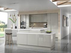 des armoires blanches et grises dans la cuisine moderne avec déco murale aspect bois clair