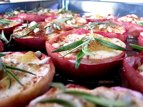 Servera fina vintriga äppelhalvor i ugn till skinkan på julbordet.