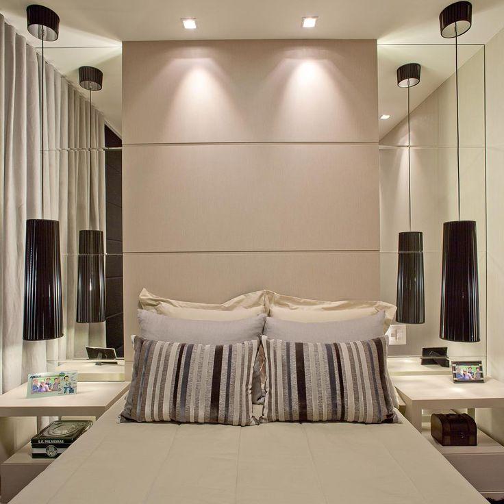 A simetria dessa cabeceira transmite harmonia, tranquilidade e beleza!! O contraste do preto com o nude ficou lindo!! Quarto de casal pequeno com painel de espelhos ampliando o espaço.