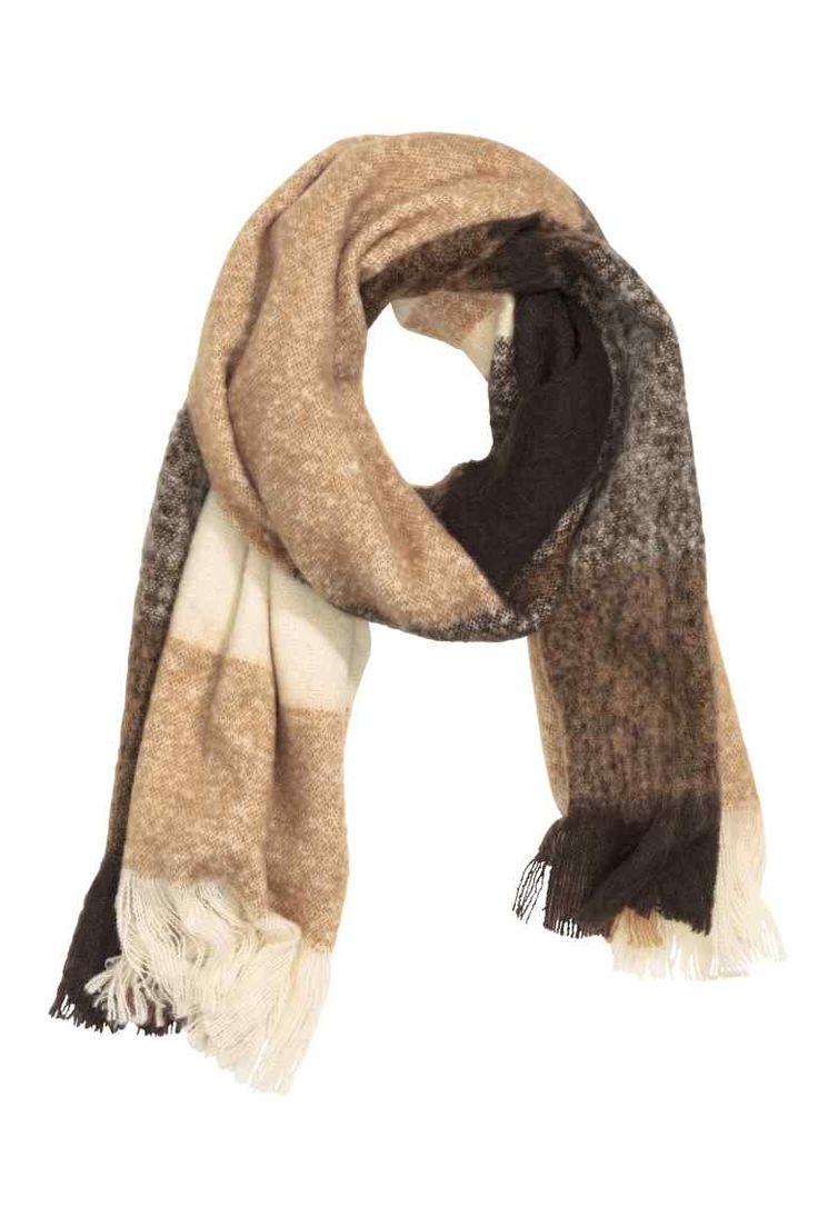 Geweven sjaal: Een geweven sjaal van zachte kwaliteit met franje aan de korte zijden. Afmetingen 60x200 cm.
