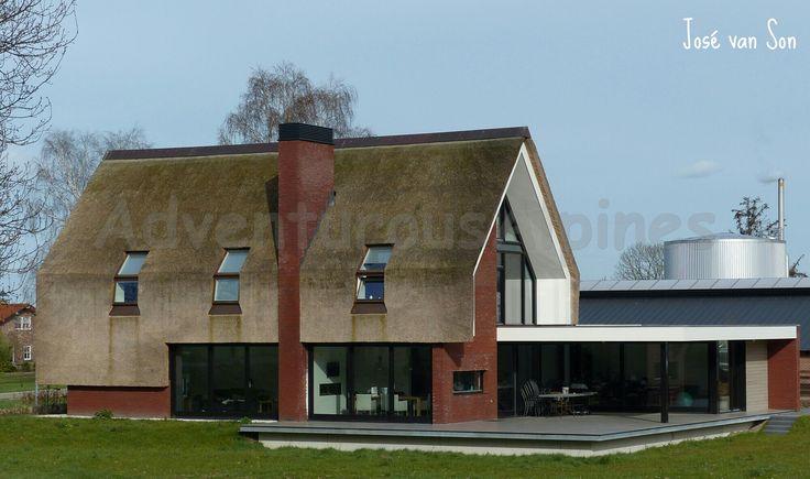 HOOG design : Aan de rand van natuurgebied de Maashorst in Elshout-Brabant-Nederland, ligt deze nieuw gebouwde, eigentijdse boerderij. Het rieten dak, zwart hout en schuine hoge ramen maken het tot een authentiek familiehuis.