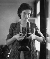Marianne Breslauer  Aan het begin van de jaren '30 maakte Marianne Breslauer snel naam met haar fotografie. Behalve als straat- en portretfotografe werkte ze als fotojournaliste voor de opkomende geïllustreerde pers. In diverse bladen verschenen foto's met als belangrijkste onderwerpen mode, reclame, reizen en het stadsleven. Nadat de nazi's de macht overnamen in Duitsland in 1933, kreeg ook Breslauer als joodse fotografe te maken met een publicatieverbod. Zij vluchtte met haar man, de…
