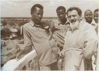 Padre Pietro Turati con alcuni amici somali