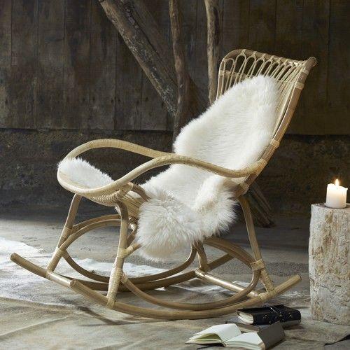 Une chaise à bascule ! Nous avons recherché des assises différentes, originales, peu communes. En rotin, de belle manufacture, nous avons choisi la qualité. Légère, pratique à manier, elle convient à chacun: une jeune femme enceinte, une grand-maman, un monsieur qui fume la pipe et veut son fauteuil... Pour nous tous un moment de calme ! Venez donc la chercher à K-LINE