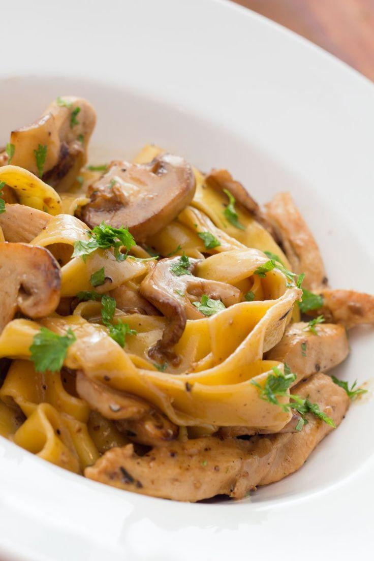 Pasta med champignon sacue med timian stegte kyllinge strimler