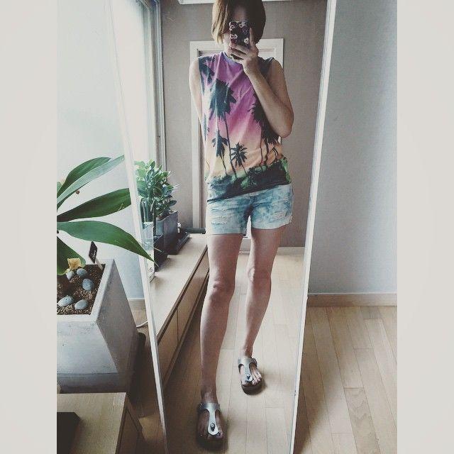 # #오늘 의 #아웃핏 #해변 #티셔츠 #outfit for #today . . . . #ootd #daily #dailylook #셀스타그램 #슈스타그램 #팔로우 #follow #me #fashion #style #패션 #스타일 #발샷 #줌마그램 #줌스타그램 #줌마스타그램 #summer #여름 #데일리룩코디 #instadaily #버켄스탁 #birkenstock #shoefie #F21XME
