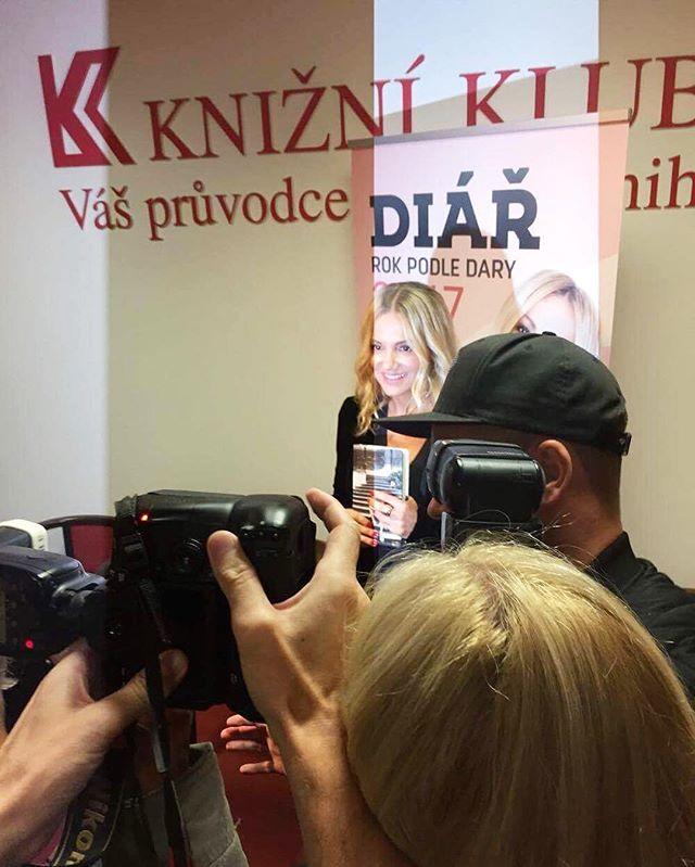 Dara Rolins @dararolins_vermi představila svůj diář na rok#2017 který má pomoc nejen jejím fanynkám lépe porozumět svému tělu jak to fyzické, tak psychické stránce a my už se na #ROKPODLEDARY opravdu těšíme! #DaraRolins #diar2017 #motivation #Prague #INCOtips #InconceptMagazine