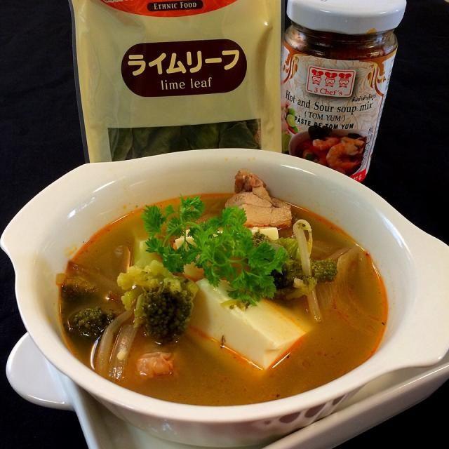 先日、小田原のゆぅさん宅でトムヤムクンをご馳走していただきました。 トムヤムクンって特別なスープだと思っていたら、ゆぅさんはまるでお味噌汁を 作るような感覚で、ポイポイと具材を 入れてました〜(笑)  私の中の固定観念が消えた瞬間でした!  独特の香辛料、ハーブが家族に受けいられるかどうか心配でしたが。 海老も入ってないのに、 息子が一口飲むと 「これ、トムヤムクンじゃん、懐かしい〜ヽ(*^∇^*)ノ」と、歓喜の声!  「海老なくても、なに入れてもいんだよ!」  そうだ! この人、春休み、マレーシアに二ヶ月滞在していたので、食べ慣れていたみたいでした。 家庭トムヤムクン風として、レシ - 114件のもぐもぐ - ゆぅさんに教わった                    トムヤムクン風スープ by 志野