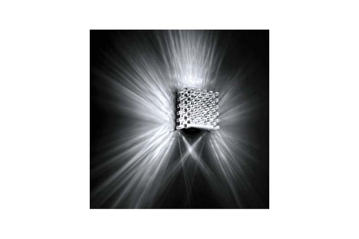 Aplică din colecția Modern by Atas Lighting. Efect luminiscent interesant dat de cristalul sub formă de secțiune de cub.