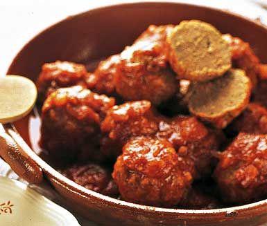 Kryddiga och smakrika köttbullar som du lagar av blandfärs, vitlök, majsmjöl och en fyllig tomatsås av chilifrukter, krossade tomater och spiskummin. Dessa Albondigas al chipotle tillagar på under 60 minuter.