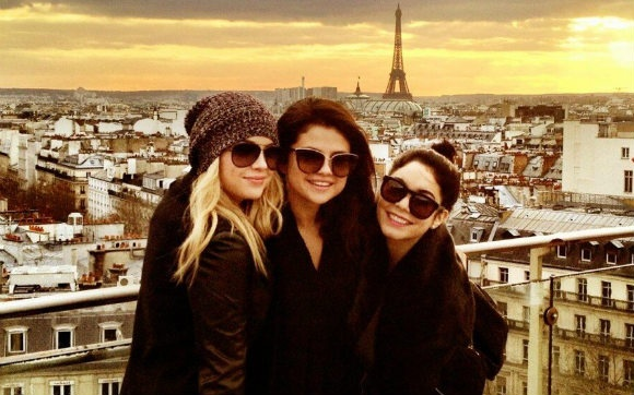 """Bonjour Paris. Spring Breakers está aqui! :)"". Foi isso que Selena Gomez twittou ontem (16), junto com váaarias fotos dela e das amigas Ashley Benson e Vanessa Hudgens! +    Selena Gomez, Ashley Benson e Vanessa Hudgens postam fotos em Paris! - Cliques - CAPRICHO"