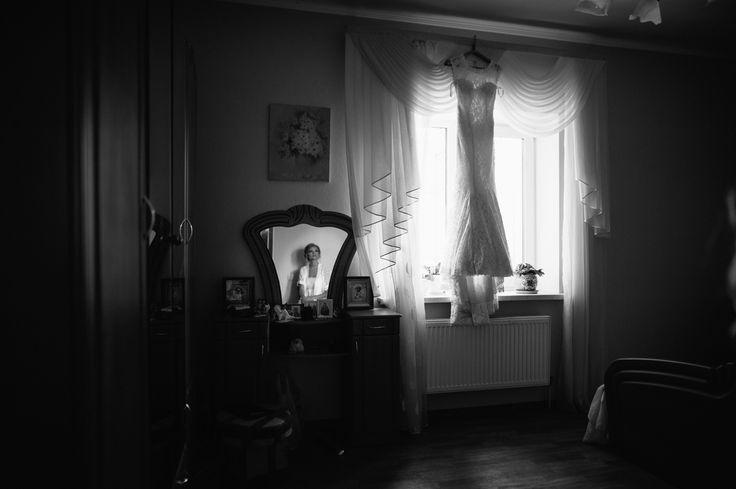 Немного истории!!! Свадебное платье👗💍!!! . Свадебное платье – еще один неотъемлемый атрибут романтического торжества🎉🎁🎊, который вызывает немало эмоций😍. Все потому, что оно в обязательном порядке должно быть «самым лучшим и красивым», притягивать взгляды, подчеркивать естественную красоту невесты. Но вот почему именно платье, да еще и белое? .  Давайте разберемся. .. . В Средние века в Европе знатные дамы👩 и королевы👑 предпочитали выходить замуж в дорогих шелковых и бархатных…