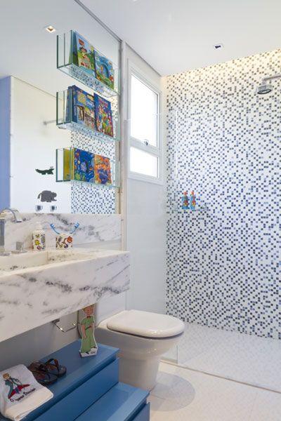 No banheiro infantil, o armário colocado embaixo da bancada é pequeno e fácil de manusear, o que auxilia na autonomia das crianças.