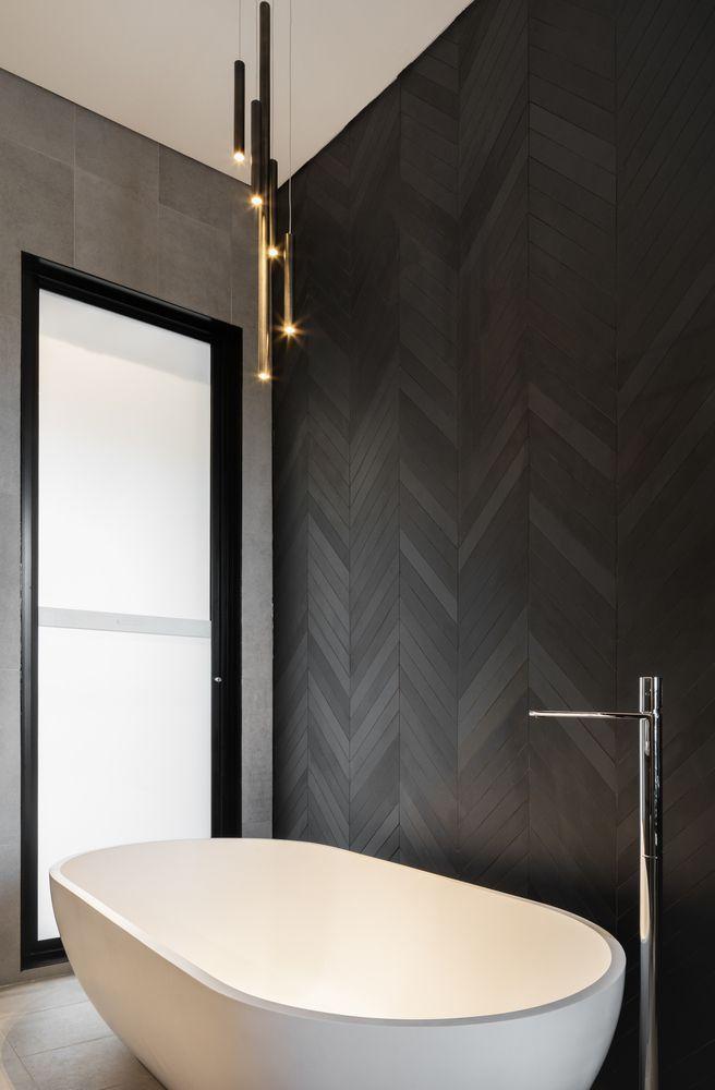Modernes Luxurioses Und Rustikales Badezimmer Des Bathroom Des Decor L Mein In 2020 Modernes Badezimmerdesign Schwarzes Badezimmer Badezimmer Rustikal