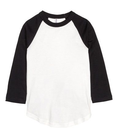 White/black. Baseball shirt in soft jersey with contrasting 3/4-length raglan sleeves and a rounded hem.