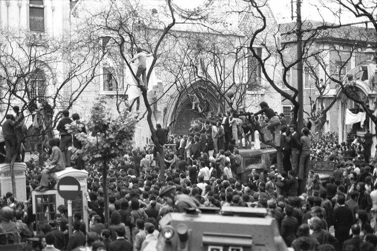 Largo do Carmo no dia 25 de Abril de 1974 arq_ Fun