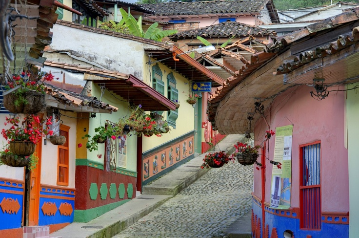 La calle más típica de Guatape, Antioquia