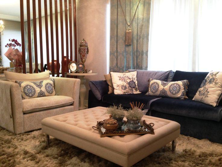 ALGUNS TONS DE AZUL | Neste projeto assinado pela designer Layla Custódio, o azul  se divide em vários tons,trazendo beleza para o ambiente de estar. Os tecidos,cortinas e  almofadas são da Spengler Decor. #projeto #living #decoracao #laylacustodio #SpenglerDecor