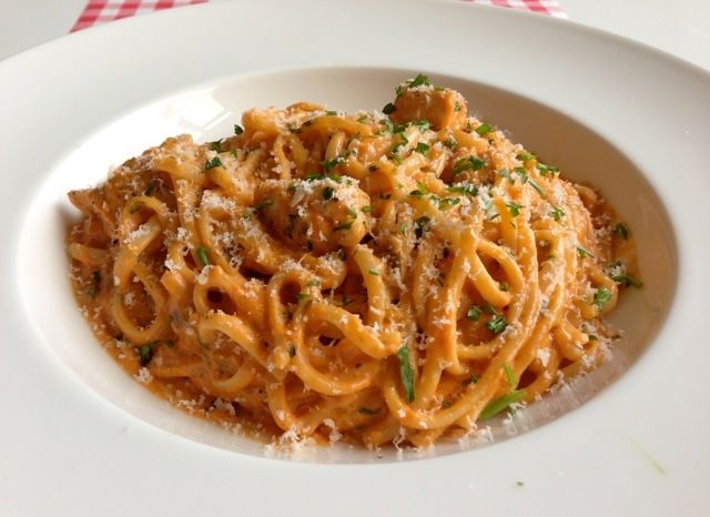 Pasta met kip en rode pesto maak je natuurlijk gewoon in je eigen keuken. Bovendien heb je nu het aller lekkerste recept gevonden! Bekijk alle details hier!