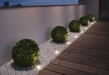 """Steine und Pflanzen neben der Terrasse Beleuchtung sorgt für Garten-Romantik Klein: LED-Spots """"Noxlite Spot Mini"""" von Osram"""