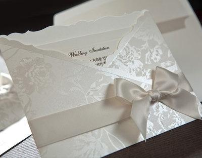 L9764 - Redan en favorit hos många! Ett snyggt, stilfullt och uppmärksammat bröllopskort.  Surfa in på www.Exklusivia.se för hela vårt sortiment.