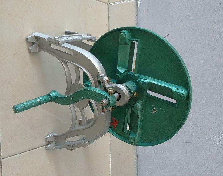 Mesin Perajang Keripik Manual adalah mesin yang digunakan untuk merajang keripik seperti singkong, kerupuk dll. Mesin ini menggunakan cara pemotongan manual dengan 4 mata pisau sehingga akan mempercepat perajangan dalam sekali memutar tuas